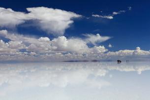 水面が鏡のようになったウユニ塩湖の写真素材 [FYI04016366]