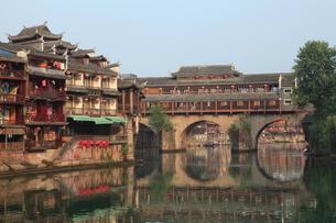 鳳凰古城 虹橋と町並みの写真素材 [FYI04016561]