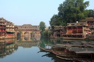 鳳凰古城 虹橋と船着場の写真素材 [FYI04016562]
