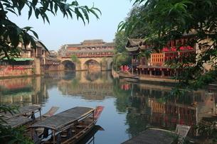 鳳凰古城 虹橋と船着場の写真素材 [FYI04016564]