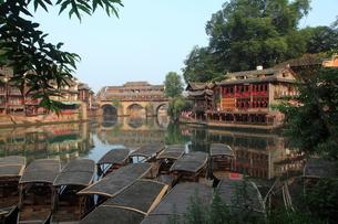 鳳凰古城 虹橋と船着場の写真素材 [FYI04016566]