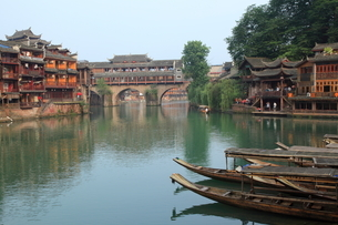鳳凰古城 船着場と虹橋の写真素材 [FYI04016611]