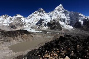 カラパタールよりエベレスト山群の写真素材 [FYI04016729]