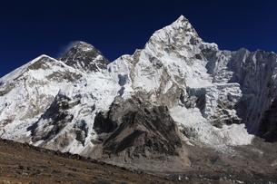 カラパタールよりエベレスト山群の写真素材 [FYI04016732]