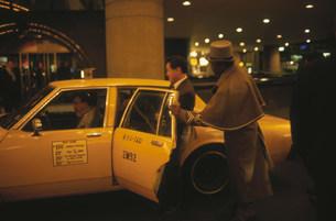 ホテルのドアマンとタクシーの写真素材 [FYI04016889]