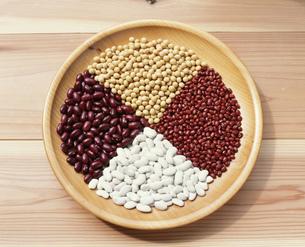 大豆・小豆・赤いんげん・白いんげんの写真素材 [FYI04016961]
