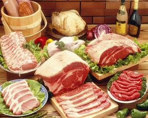 肉とハムの写真素材 [FYI04017817]