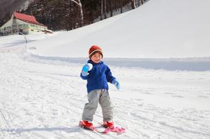スキーを楽しむ子供の写真素材 [FYI04018471]
