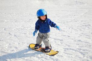 スノーボードを楽しむ子供の写真素材 [FYI04018473]