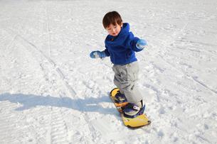 スノーボードを楽しむ子供の写真素材 [FYI04018474]