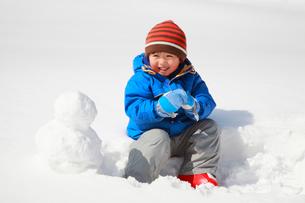 雪遊びをする子供の写真素材 [FYI04018475]