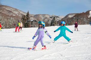 スキーを楽しむ子供の写真素材 [FYI04018476]