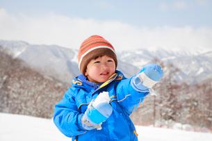 雪遊びをする子供の写真素材 [FYI04018477]