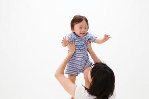 母に抱き上げられる赤ちゃんの写真素材 [FYI04018478]