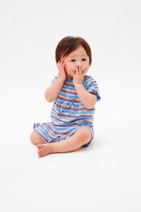 おすわりした赤ちゃんの写真素材 [FYI04018479]