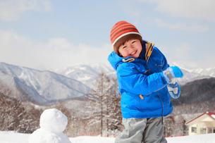 雪遊びをする子供の写真素材 [FYI04018480]