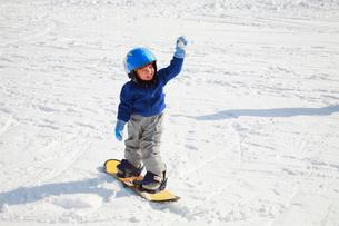 スノーボードを楽しむ子供の写真素材 [FYI04018481]