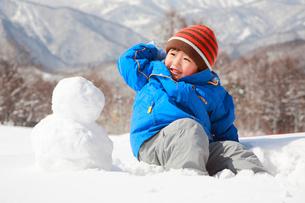 雪遊びをする子供の写真素材 [FYI04018483]
