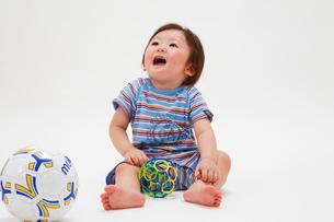 ボールで遊ぶ赤ちゃんの写真素材 [FYI04018486]