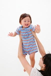 母親に抱き上げられる赤ちゃんの写真素材 [FYI04018487]