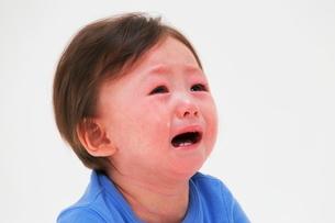 泣いている赤ちゃんの写真素材 [FYI04018488]