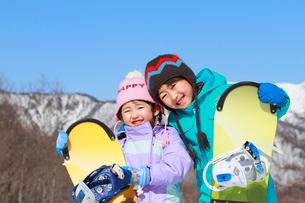 スノーボードを持っている子供たちの写真素材 [FYI04018489]
