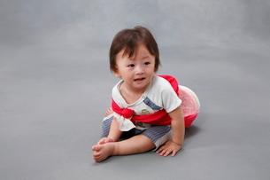 一升餅を背負う男の子の写真素材 [FYI04018491]