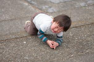 転んで泣く男の子の写真素材 [FYI04018498]