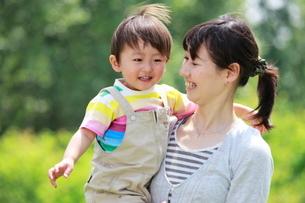 母親に抱っこされて笑う男の子の写真素材 [FYI04018506]