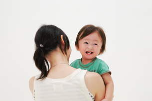 母親に抱っこされる赤ちゃんの写真素材 [FYI04018518]