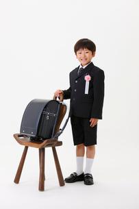 ランドセルと新一年生の男の子の写真素材 [FYI04018524]