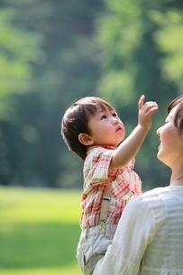 母親に抱っこされる男の子の写真素材 [FYI04018528]