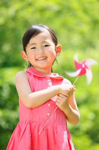 風車を持って笑う女の子の写真素材 [FYI04018530]