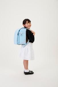 ランドセルを背負った女の子の写真素材 [FYI04018591]