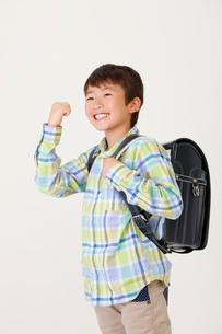 ランドセルを背負った少年の写真素材 [FYI04018597]