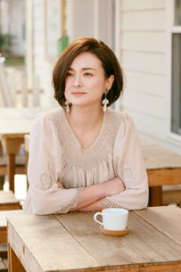 カフェテラスの女性の写真素材 [FYI04018610]