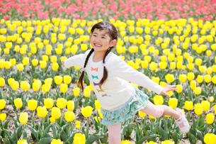 チューリップ畑で笑う女の子の写真素材 [FYI04018615]