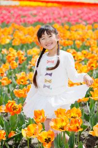 チューリップ畑で笑う女の子の写真素材 [FYI04018617]