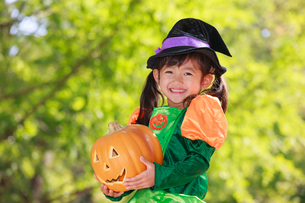 ハロウィン衣装を着た女の子の写真素材 [FYI04018643]