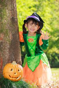 ハロウィン衣装を着た女の子の写真素材 [FYI04018644]