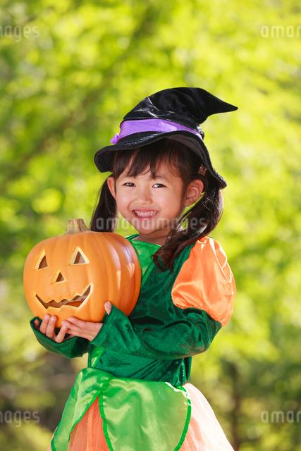 ハロウィン衣装を着た女の子の写真素材 [FYI04018646]