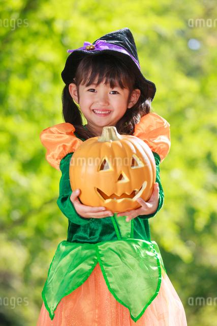ハロウィン衣装を着た女の子の写真素材 [FYI04018648]