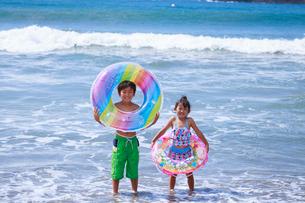 海で浮き輪を持った兄妹の写真素材 [FYI04018650]