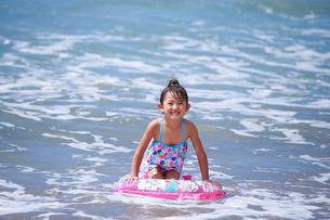 海で浮き輪を持って遊ぶ女の子の写真素材 [FYI04018653]
