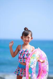 海で浮き輪を持って笑う女の子の写真素材 [FYI04018658]