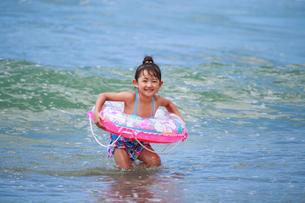 海で浮き輪を持って遊ぶ女の子の写真素材 [FYI04018659]