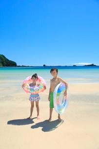 海で浮き輪を持って笑う兄妹の写真素材 [FYI04018662]