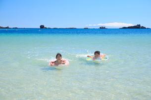 海で浮き輪を使って泳ぐ兄妹の写真素材 [FYI04018664]