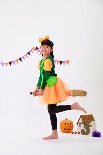 ハロウィンの仮装をした少女の写真素材 [FYI04018698]
