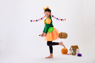 ハロウィンの仮装をした少女の写真素材 [FYI04018699]